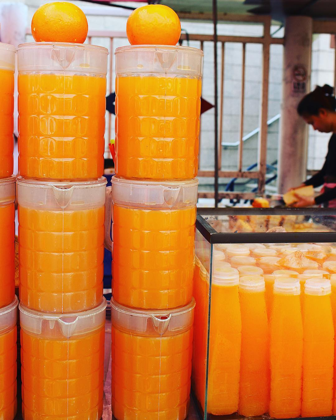 ORANGE JUICE ?? Le marché de Chatuchak : le plus Grand marché de Bangkok ! Idéal pour vos souvenirs ??? ______ ? #pintadethailande ➕CityTrip | THAÏLANDE?? ? Articles sur le blog (lien dans ma bio) ______ #thailande #thailand #bangkok #kohphiphi #krabi #kohlanta #kohsamui #kohphangan #kohtao #cityguide #cityTrip #travel #blogTravel #TravelBlog #voYage #blogVoyage #frenchBlogger #blogueuse #blog #pintademontpellier #temple #streetfood #food #foodlover #blogfood #chatuchak #chatuchakweekendmarket