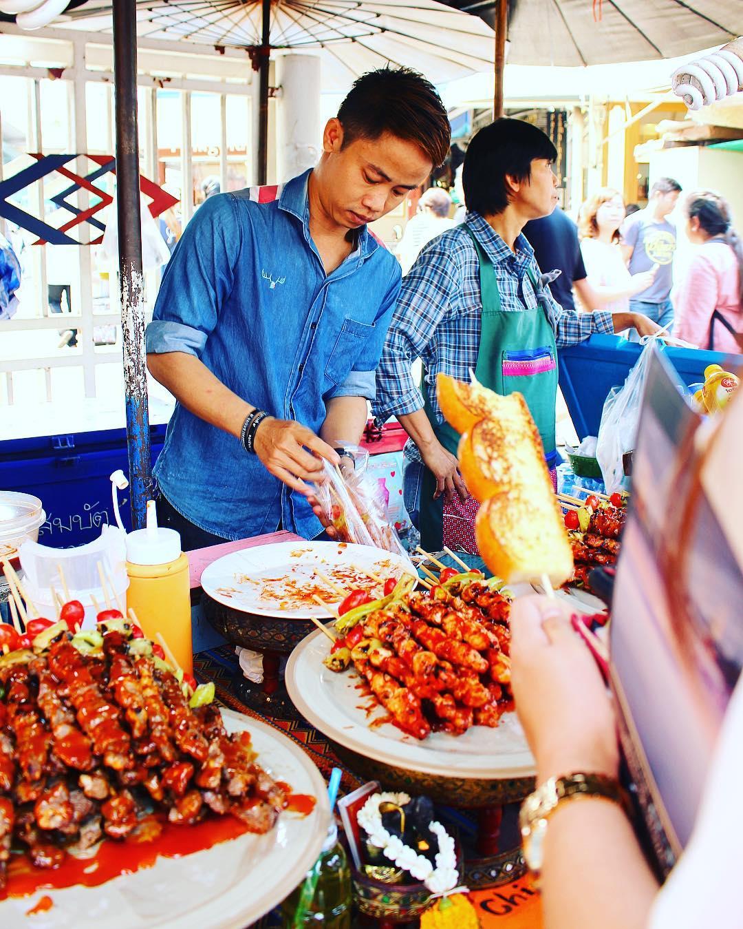 Pain à l'ail et brochettes ?? Le marché de Chatuchak : le plus Grand marché de Bangkok ! Idéal pour vos souvenirs ??? ______ ? #pintadethailande ➕CityTrip | THAÏLANDE?? ? Articles sur le blog (lien dans ma bio) ______ #thailande #thailand #bangkok #kohphiphi #krabi #kohlanta #kohsamui #kohphangan #kohtao #cityguide #cityTrip #travel #blogTravel #TravelBlog #voYage #blogVoyage #frenchBlogger #blogueuse #blog #pintademontpellier #temple #streetfood #food #foodlover #blogfood #chatuchak #chatuchakweekendmarket