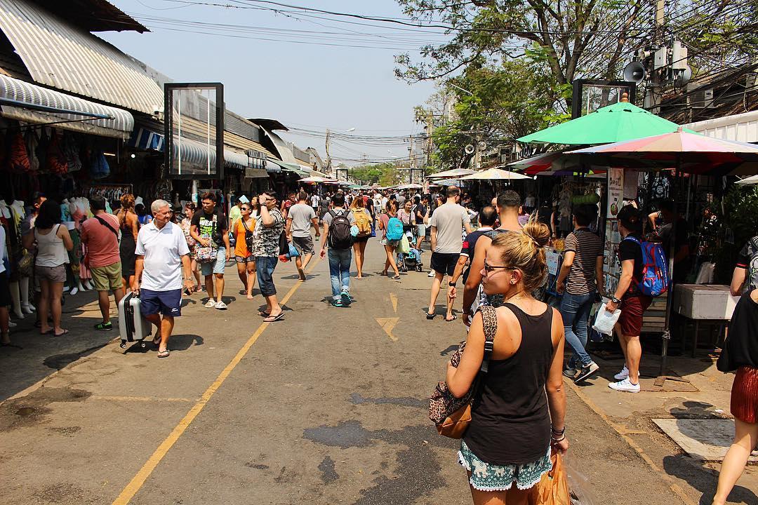 Le marché de Chatuchak : le plus Grand marché de Bangkok ! Idéal pour vos souvenirs ??? ______ ? #pintadethailande ➕CityTrip | THAÏLANDE?? ? Articles sur le blog (lien dans ma bio) ______ #thailande #thailand #bangkok #kohphiphi #krabi #kohlanta #kohsamui #kohphangan #kohtao #cityguide #cityTrip #travel #blogTravel #TravelBlog #voYage #blogVoyage #frenchBlogger #blogueuse #blog #pintademontpellier #temple #streetfood #food #foodlover #blogfood #chatuchak #chatuchakweekendmarket