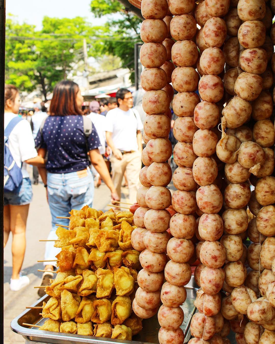 Le roi de la boulette !! Le marché de Chatuchak : le plus Grand marché de Bangkok ! Idéal pour vos souvenirs ??? ______ ? #pintadethailande ➕CityTrip | THAÏLANDE?? ? Articles sur le blog (lien dans ma bio) ______ #thailande #thailand #bangkok #kohphiphi #krabi #kohlanta #kohsamui #kohphangan #kohtao #cityguide #cityTrip #travel #blogTravel #TravelBlog #voYage #blogVoyage #frenchBlogger #blogueuse #blog #pintademontpellier #temple #streetfood #food #foodlover #blogfood #chatuchak #chatuchakweekendmarket