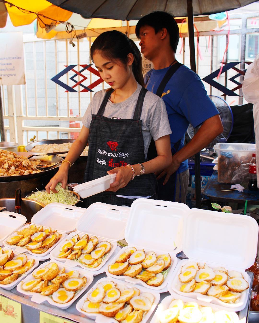MINI EGGS ?? Le marché de Chatuchak : le plus Grand marché de Bangkok ! Idéal pour vos souvenirs ??? ______ ? #pintadethailande ➕CityTrip | THAÏLANDE?? ? Articles sur le blog (lien dans ma bio) ______ #thailande #thailand #bangkok #kohphiphi #krabi #kohlanta #kohsamui #kohphangan #kohtao #cityguide #cityTrip #travel #blogTravel #TravelBlog #voYage #blogVoyage #frenchBlogger #blogueuse #blog #pintademontpellier #temple #streetfood #food #foodlover #blogfood #chatuchak #chatuchakweekendmarket