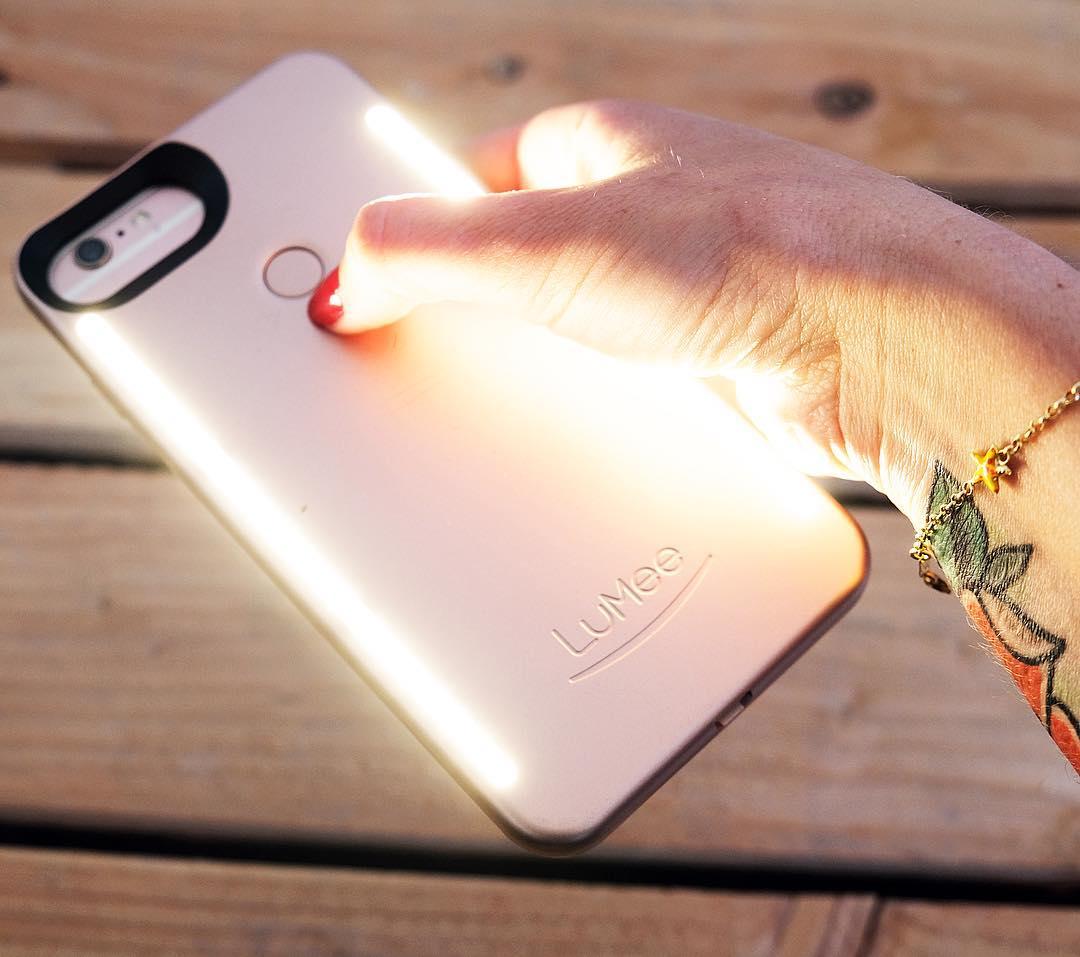 J'ai testé... la coque lumineuse de Kim Kardashian : la @lumeecase. Une bande de LEDs (lumière blanche) à l'avant ET une à l'arrière ?avec une batterie indépendante de ton téléphone... Plus aucun selfie, photo ou video de foiré ! . . ? article sur le blog (lien dans ma bio)  ____________ #lumeecase #lumeeselfie #kimkardashian #geek #coque #phonecase #coquelumineuse #pintademontpellier #montpellier #blog #blogueuse #lumee