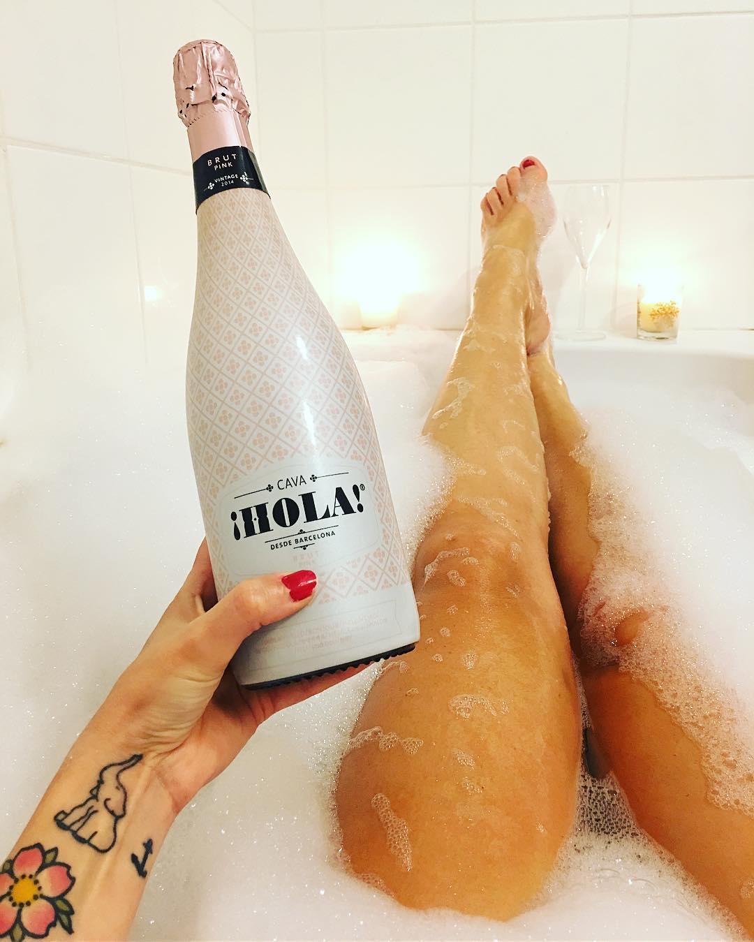 3B PARTY ?Bain, Bulles, Bougies ? l'occasion de vous présenter chaque dimanche un apéro à prendre dans son bain ?? Ce soir je vous présente le cava barcelonais @holacava ! Un brut sympathique avec un packaging so girly ? À la vôtre !  ______ #3Bparty #bathparty #mood #poolparty #homesweethome #montpellier #selfeet #bath #lush #lushbomb #lushmontpellier #blogMode #FashionBlog #Blog #blogueuse #PintadeMontpellier #blogmode #blogfashion #beauty #beaute #blogbeaute #beautyblog #sundaylush #holacava #cava