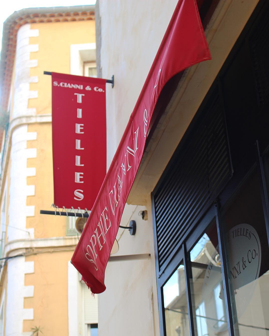 Pas de Sète sans Tielle !! Et vous, vous les prenez où vos tielles ? ⚓️? . . .  La tielle, ou tielle à la sétoise, est LA spécialité culinaire de Sète, originaire d'Italie et d'Espagne. . La tielle sétoise est dérivée de la Tiella di Gaeta en Italie. Son nom vient du nom du plat utilisé pour la cuire, la tiella (en ciociaria), « ce qui couvre » . C'est une tourte ronde, aux bords cannelés, marqués de quignons, avec une garniture faite de poulpes ou céphalopodes, coupés plus ou moins finement, mélangés à une sauce tomate pimentée. La pâte est une pâte à pain. . ? SÈTE (34)?? ? #pintadesete  ______ #cityguide #southOfFrance #SudDeFrance #cityTrip #frenchBlogger #blogueuse #blog #blogueusedusud #pintademontpellier #sete #montpellier #citytripsete #joutes #villedesete #tielle #tielleforever