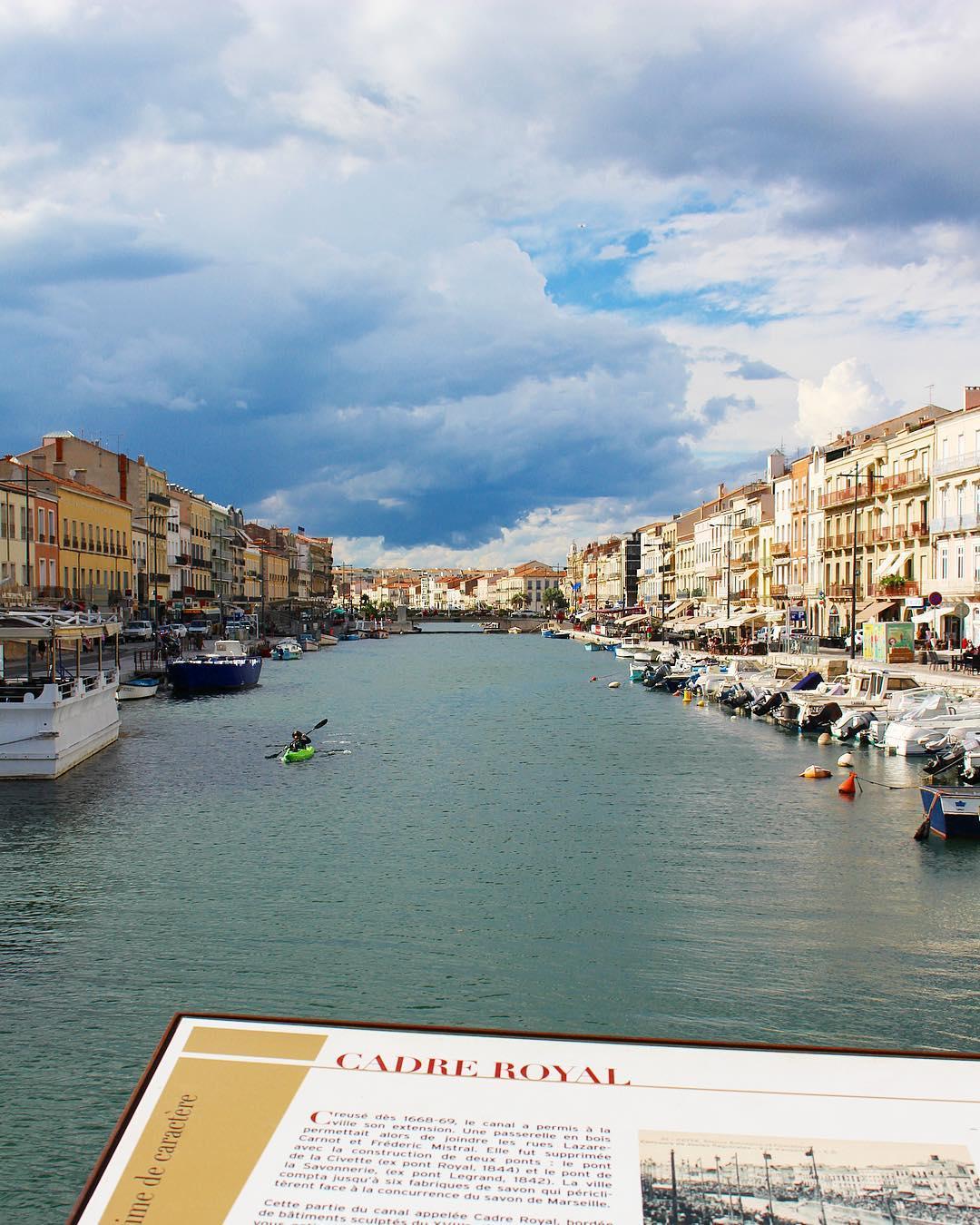 Le CADRE ROYAL à Sète ⚓️? . . A Sète, le canal joue le rôle de Place Publique. Non seulement la ville a grandi autour de lui, mais elle s'y donne en spectacle. .  Ici, entre les deux ponts, dans cette partie du canal appelée Cadre Royal, se déroulent tout au long de l'été les très populaires tournois de joutes nautiques et ce depuis juillet 1666. . . ? SÈTE (34)?? ? #pintadesete  ______ #cityguide #southOfFrance #SudDeFrance #cityTrip #frenchBlogger #blogueuse #blog #blogueusedusud #pintademontpellier #sete #montpellier #citytripsete #joutes #villedesete
