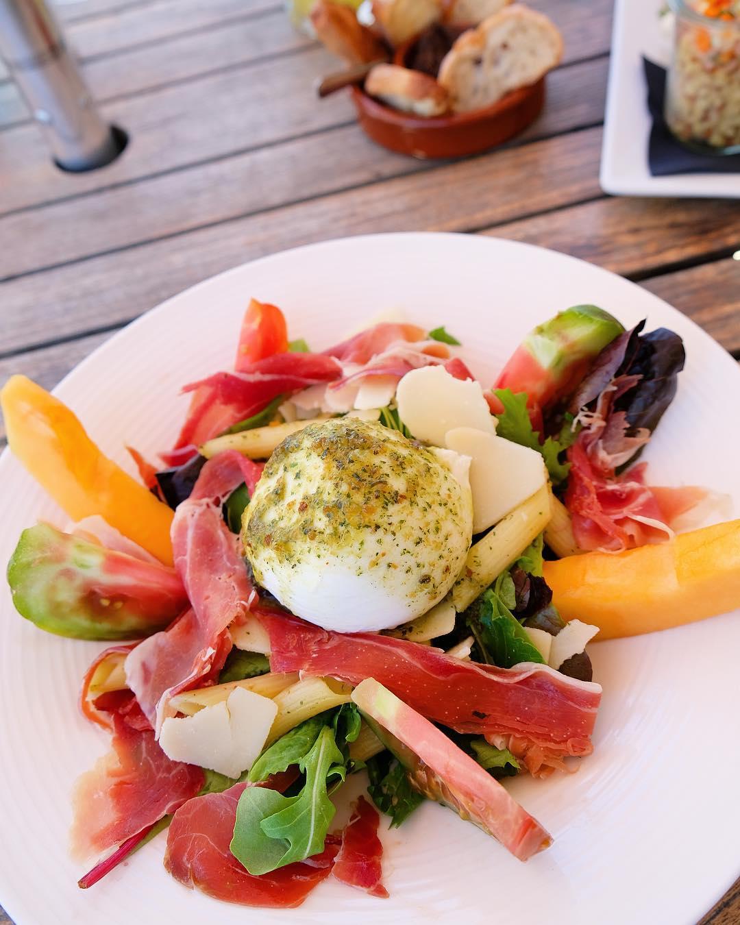 〰 L U N C H 〰  Salade Italienne ? Petite reprise sans perdre les bonnes habitudes en n'oubliant pas le chemin de la plage pour le déjeuner... bin oui faut pas pousser... . T R A N Q U I L L E ! . . ➕ LE J • restaurant de Plage à l'année . ? Carnon (34)?? ??? Bientôt Article sur le blog  _______________  #lejcarnon #restaurant #food #foodlover #blogfood #foodporn #foodstagram #gastronomy #cooking #foodphotography #montpellier #carnon #pintademontpellier #mozza #beachlife