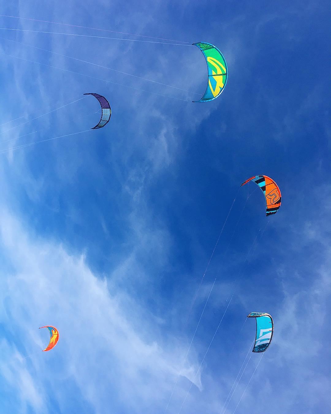 〰 K I T E S U R F 〰  ________________ #plage #beachlover #beachlover #carnon #pintademontpellier #blogtravel #travelblog #travelblogger #travelphotography #travel #beachday #montpellier #kitesurf #kitesurfing #surf