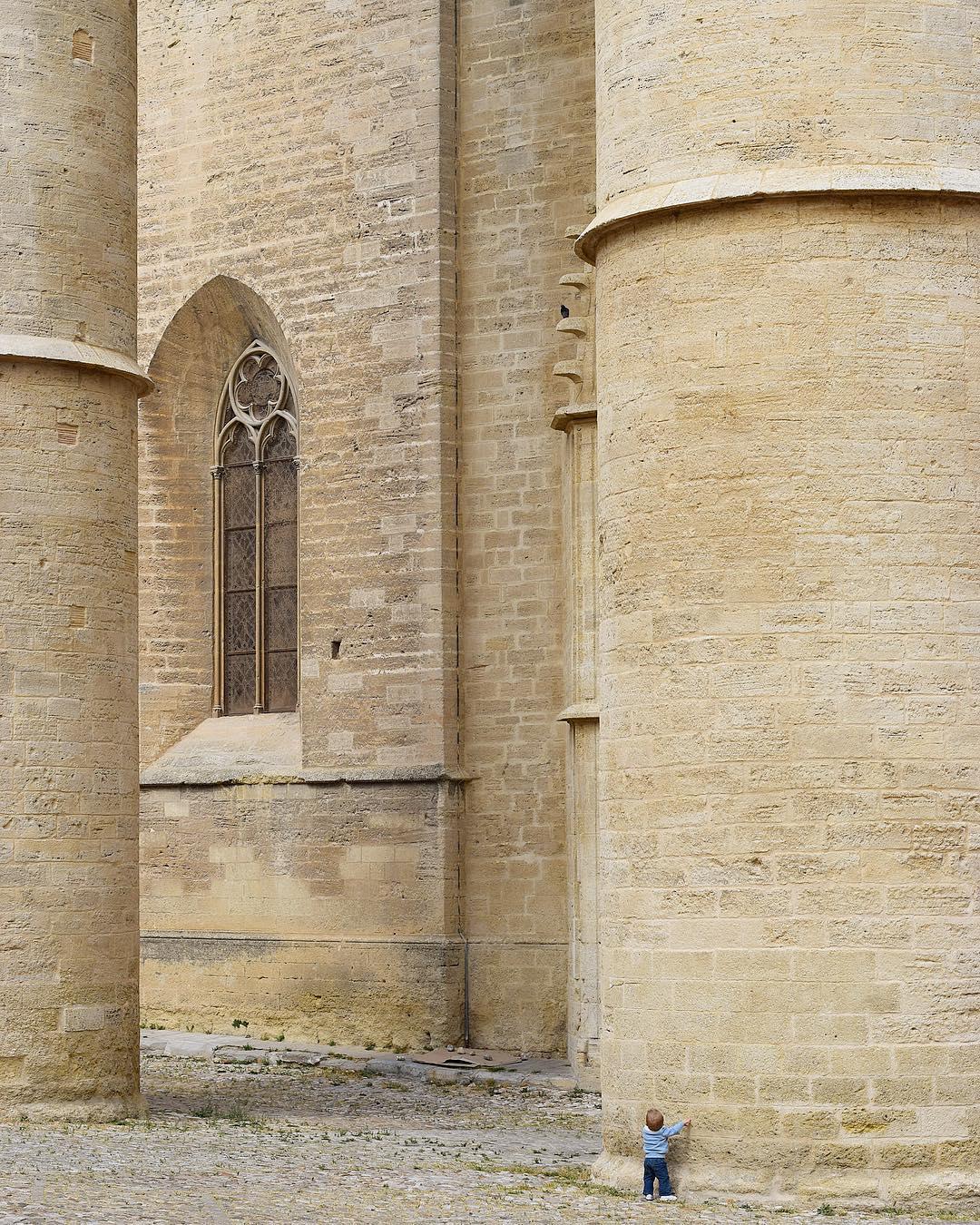 Cette année les #JEP  @jepofficiel ont pour thème #jeunesseetpatrimoine ? Cette photo le représente plutôt bien, NOn ?! . ? Petit bonhomme en bas à droite ?? . ➕ Journées Européennes du Patrimoine 2017 . ? Montpellier(34)?? .  _______________ #jep2017 #jep17 #jepmontpellier #jepmtp #jep #journeeseuropeennesdupatrimoine #patrimoine #culture #patrimoine  #montpellier #pintademontpellier #blogtrip #travel #travelblog #travelblogger #citytripmontpellier #travelphotography #jeunesse #jeunesseetpatrimoine #ConcoursJEP