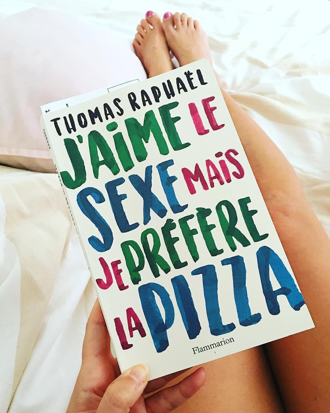 J'AIME LE SEXE MAIS JE PRÉFÈRE LES PIZZAS ?Tout est Dit ! ? Le livre du dimanche à dévorer ... tellement attachant, drôle et émouvant. Merci Thomas et Berengere pour cette gourmandise ❤️ . _______________ #jaimelesexemaisjepreferelapizza #thomasraphael #berengerekrief #bouquin #roman #lecture #flammarion #montpellier #pintademontpellier