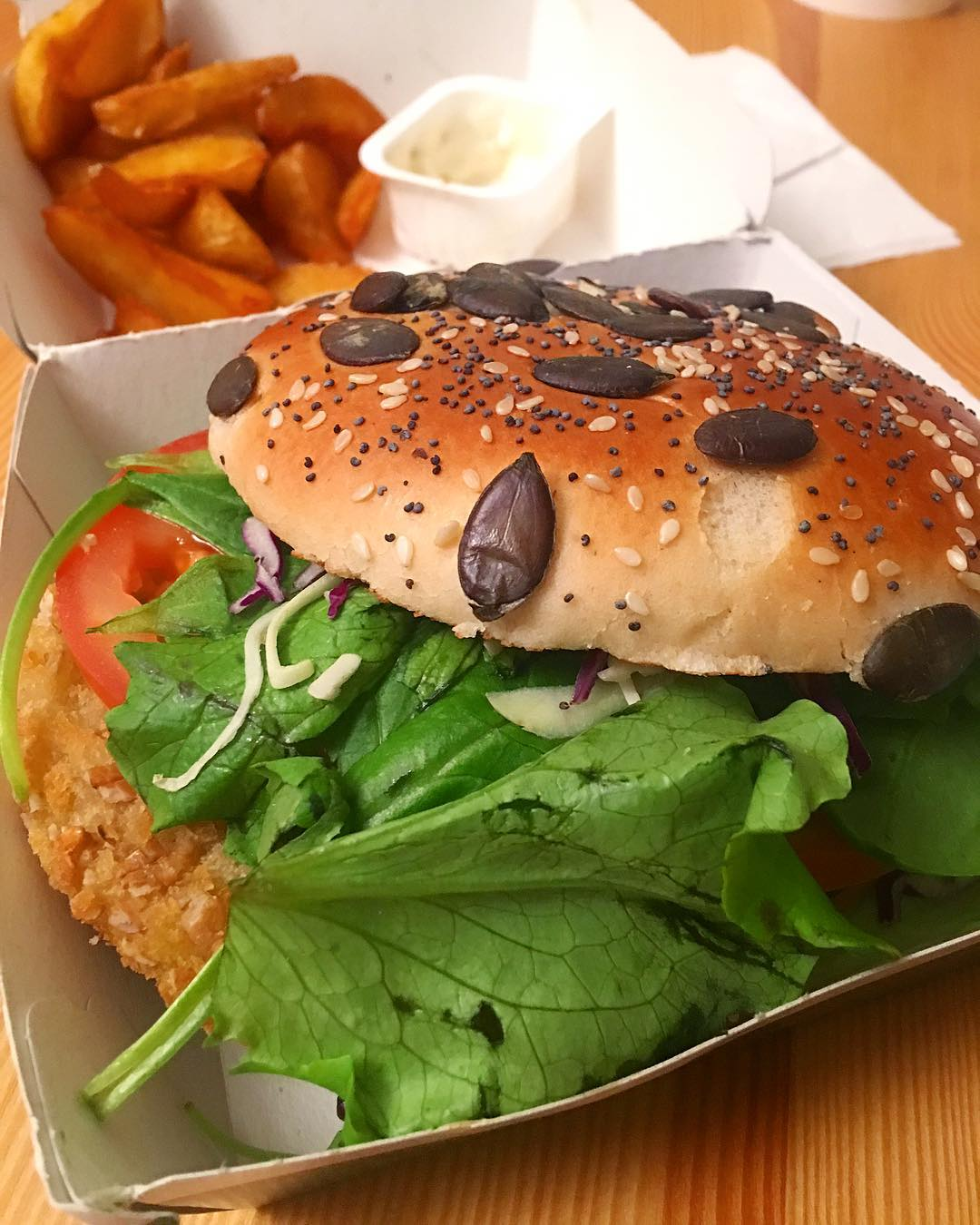 Le Grand Veggie est pas mal ✔️ . ? Une grosse galette de légumes et emmental  pré-mâchée... mais franchement il est «gros et fat» ... avec de la panure, des tomates, des feuilles de basilic, oignons, choux, graines de courges... le tout dans une sauce au Pesto rouge ??? . . 763 kcal contre 503 kcal du Big Mac ? . ➕ DÉFI VEGGIE . ? 5 jours + 1 pour faute ?? #Day6  _________________ #defiveggie #veggie #vegetarian #vegan #carrefourveggie #vegetarien #healthyfood #food #fooding #foodlover #blogfood #foodporn #foodography #pintademontpellier #montpellier #restaurant #macdonalds