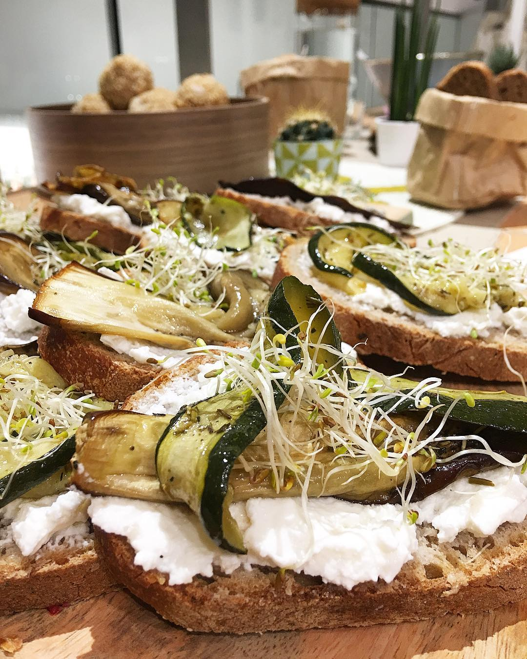 Cours de yoga chez @uniqlo_fr à #Montpellier ... et buffet #veggie de chez @joyhealthyfood ?? J'ai fait du bien à mon corps ✌?J'avoue c'était hyper bon... mais arrivée à la maison j'ai mangé de la pizza ? et bu des bières ?... volonté 0 ✔️ . . ➕ UNIQLO • Street Wear . ➕ JOY HEALTHY FOOD . ? Montpellier (34)?? .  _______________ #biendanstoncorps #joyhealthyfood #yoga #yogalife #healthyfood #healthylifestyle #uniqlo #uniqlomontpellier #streatwear