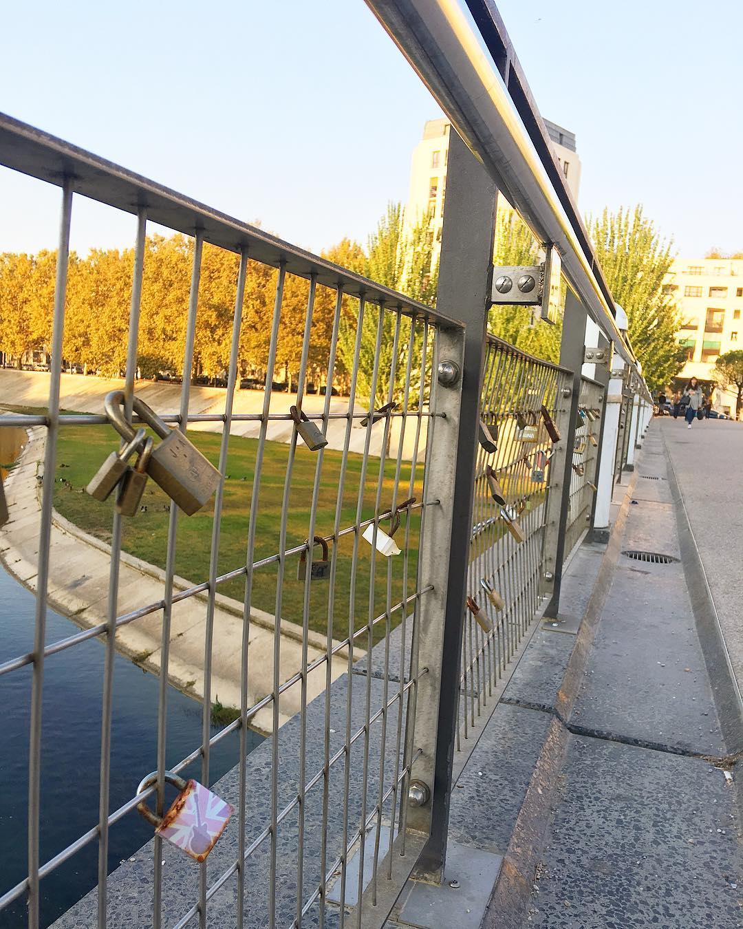 À Montpellier nous avons aussi notre pont des amoureux ❤️?? ... sur la Passerelle des Barons de Caravettes !  _____________ #montpellier #travel #travelblog #voyage #travelblogger #travelphotography #blogvoyage #pintademontpellier #igersfrance #igersmontpellier