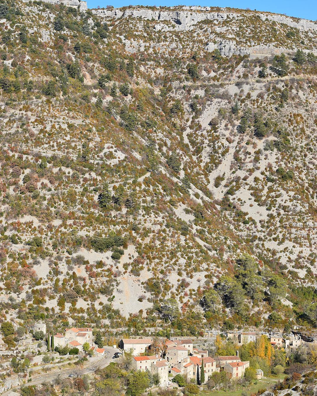 Où est le village ? ⛰ Impressionnant CIRQUE DE NAVACELLES ! . . . ➕ Cirque de NAVACELLES . ? Navacelles (34)?? ________________ #cirquedenavacelles #occitanie #travel #voyage #travelblog #blogvoyage #travelblogger #montpellier #pintademontpellier