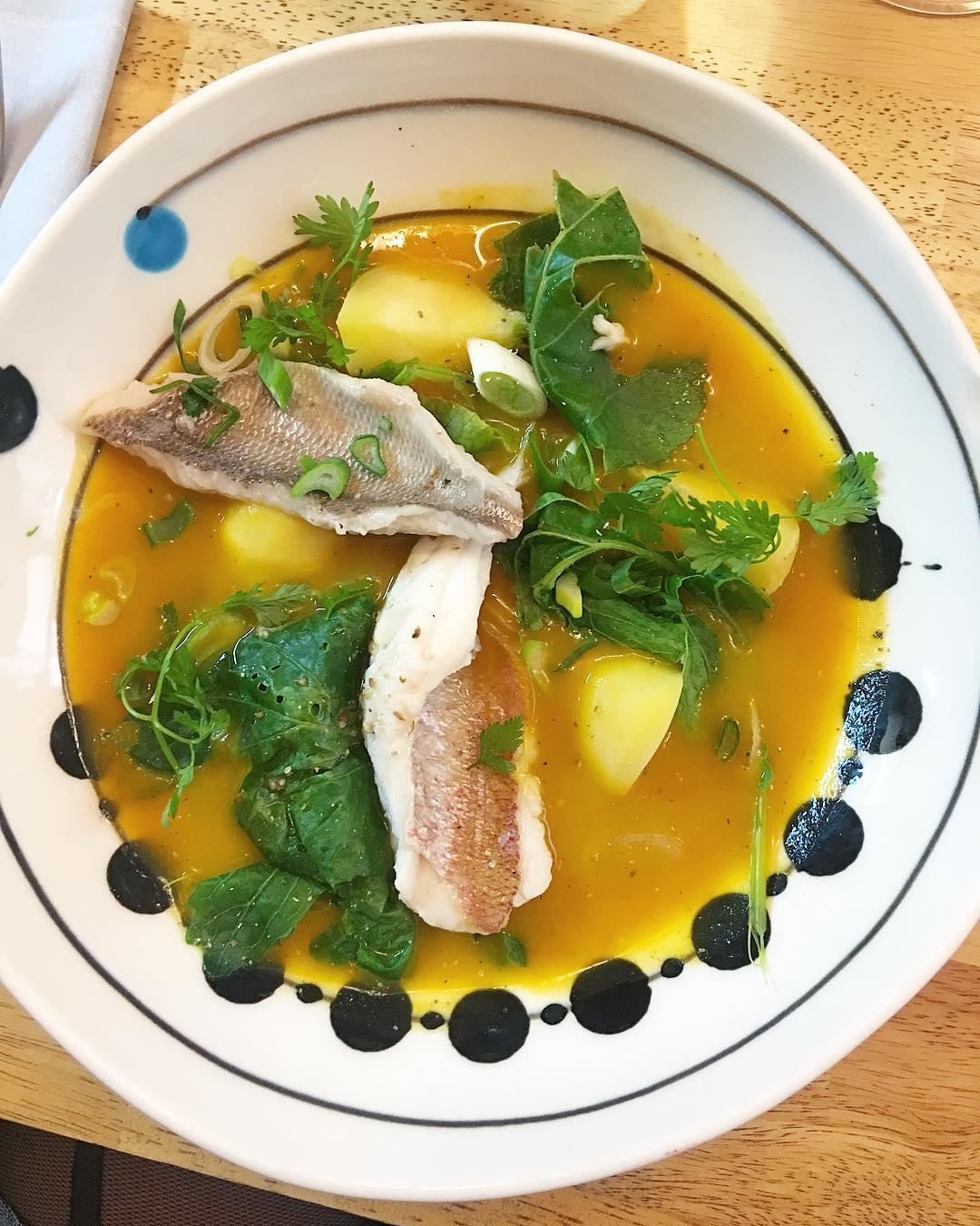 Poisson de Méditerranée, carottes et feuilles de curry ??? . . Toujours une régalade d'aller chez les garçons @restaurantanga ! Toujours des découvertes gustatives... ils sont forts! . . ➕ ANGA • Restaurant . ?MONTPELLIER(34)?? ??? Article sur le blog {lien dans la bio} ______ #anga #angamontpellier #angarestaurant #bibmichelin #Food #gastronomie #cooking #foodblog #Blog #PintadeMontpellier #Montpellier #BlogueuseFood #BlogFood #foodblogger #montpellier #lunch #diner