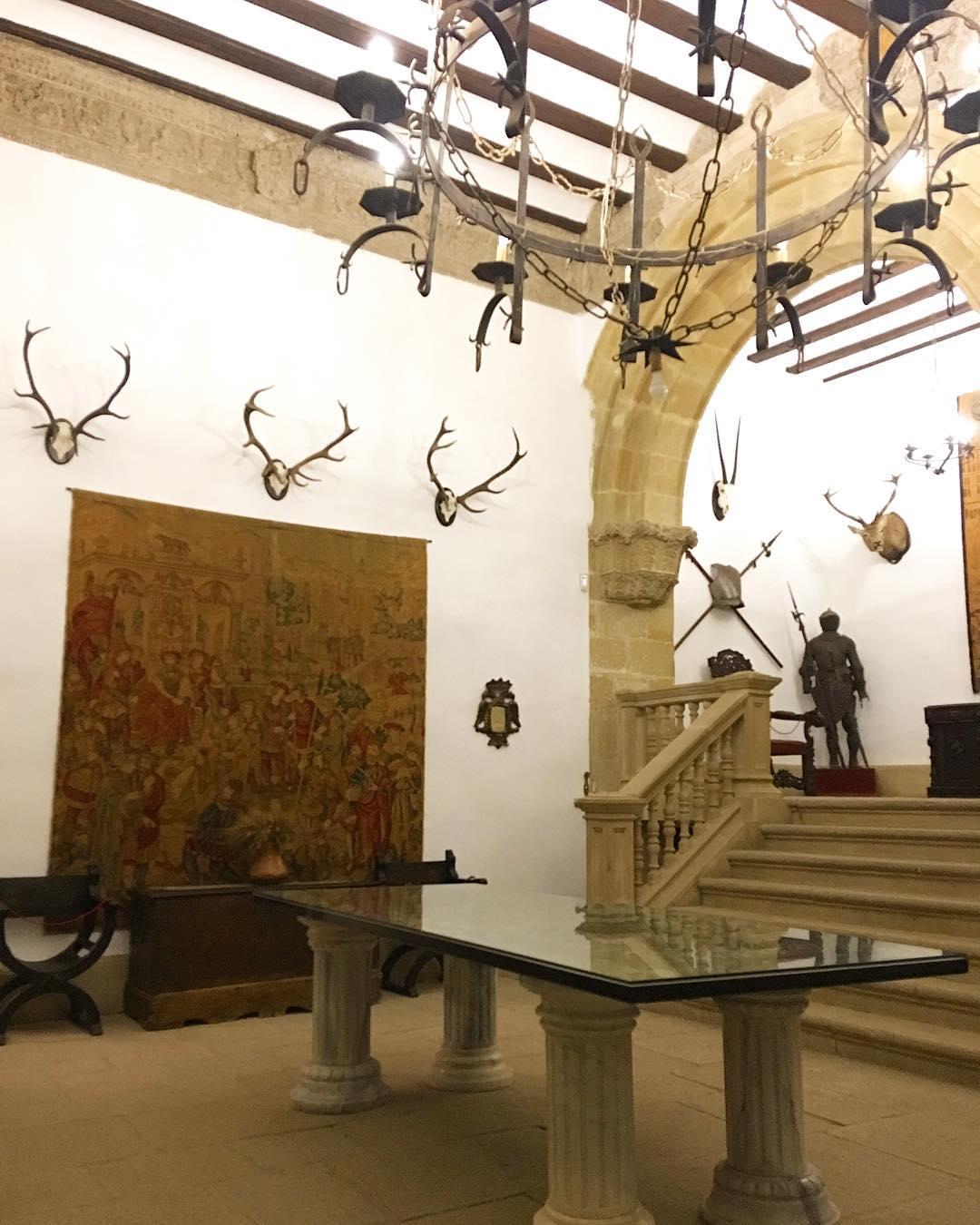 Dîner au château @castillodecanena ... un goût de Game of Thrones, non?! . . ➕ Castillo de Canena • Producteur d'huiles d'olive ?  Canena • Spain ?? . ? 6 jours en ANDALOUSIE . ?? tout suivre sur #PintadeEspagne .  ________________  #andaluciatasteslike #andalousie #spain #espagne #andalucia #tourismo #gastronomie #food #blogfood #foodblogger #tourisme #travel #travelblog #blogtravel #trip #citytrip #pintademontpellier #blogvoyage #travelgram #travellover #cityguide #visitspain #almeria #jaen #granada #malaga #castillodecanena #gameofthrones #got