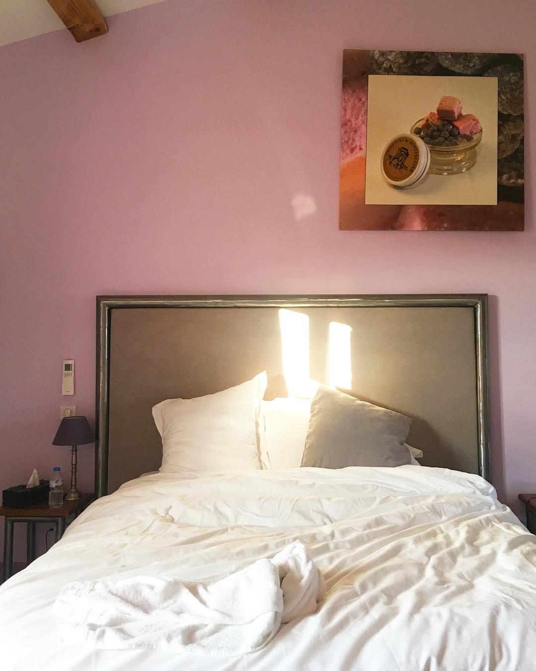 Réveil plein soleil au Mas de France dans la chambre Grisette . 1 week-end au Pic Saint Loup ⛰? Au programme : rando, vin et gastronomie ❤️ ➕ MAS DE FRANCE • chambres d'hôtes ? Pic Saint Loup (34)?? ⛰ Tout sur #PintadePicSaintLoup  __________________ #masdefrance #masdebaumes #chambredhotes #picsaintloup #travel #blogtravel #travelgram #bloggertravel #voyage #trip #Montpellier #pintademontpellier #occitanie #roadtrip #oenologie #wine #gastronomie #randonnee