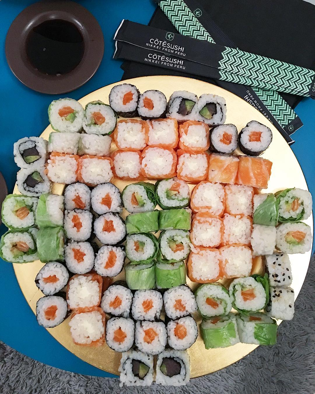 Sushis = faux amis dans ton alimentation ! Mais un très bon cheat meal ???❤️? . . « Ah bon, pourtant… ce n'est que du riz, du poisson, des algues et des  légumes » Non non non !!! Trop salé et trop sucré ! C'est la préparation du riz qui le rend si calorique. Et puis on ne va pas se mentir on ne mange pas que 6 makis ! Donc un bon stock de riz dans tes fesses, sachant que pour 100g de riz = 1 cuillère de sucre ! Sauce soja, sauce sucré, … bombe calorique ! .  Dix pièces de sushis dépassent la barre des 800 calories tandis qu'un Big Mac et sa petite frite n'atteignent pas les 700 calories ! BORDEL ! .  Tout n'est qu'escroquerie ! Addiction aux sucres = addictions aux sushis ! La mort pour moi ! Finito les sushis ! Vive les ceviches, les tartares, les sashimis et la salade d'algue pour moi ! Merci @cotesushi_france de penser à mes fesses et de diversifier vos menus ;) #teamBouboule . . . ?  #defiSport 3 mois avec @lenuagemtp ☁️ ? objectifs : -6kg et tonique bordel ! . . ??♀️ Tu peux tout suivre sur : #PintadeSport & #NoPainNoSaucisson  ________________ #montpellier #cotesushi #cotesushimontpellier #restaurant #food #foodlover #blogfood #foodblogger #bloggerfood #healthy #healthylife #sport #blogsport #workout #sushi #sashimi #cheatmeal #sushilovers