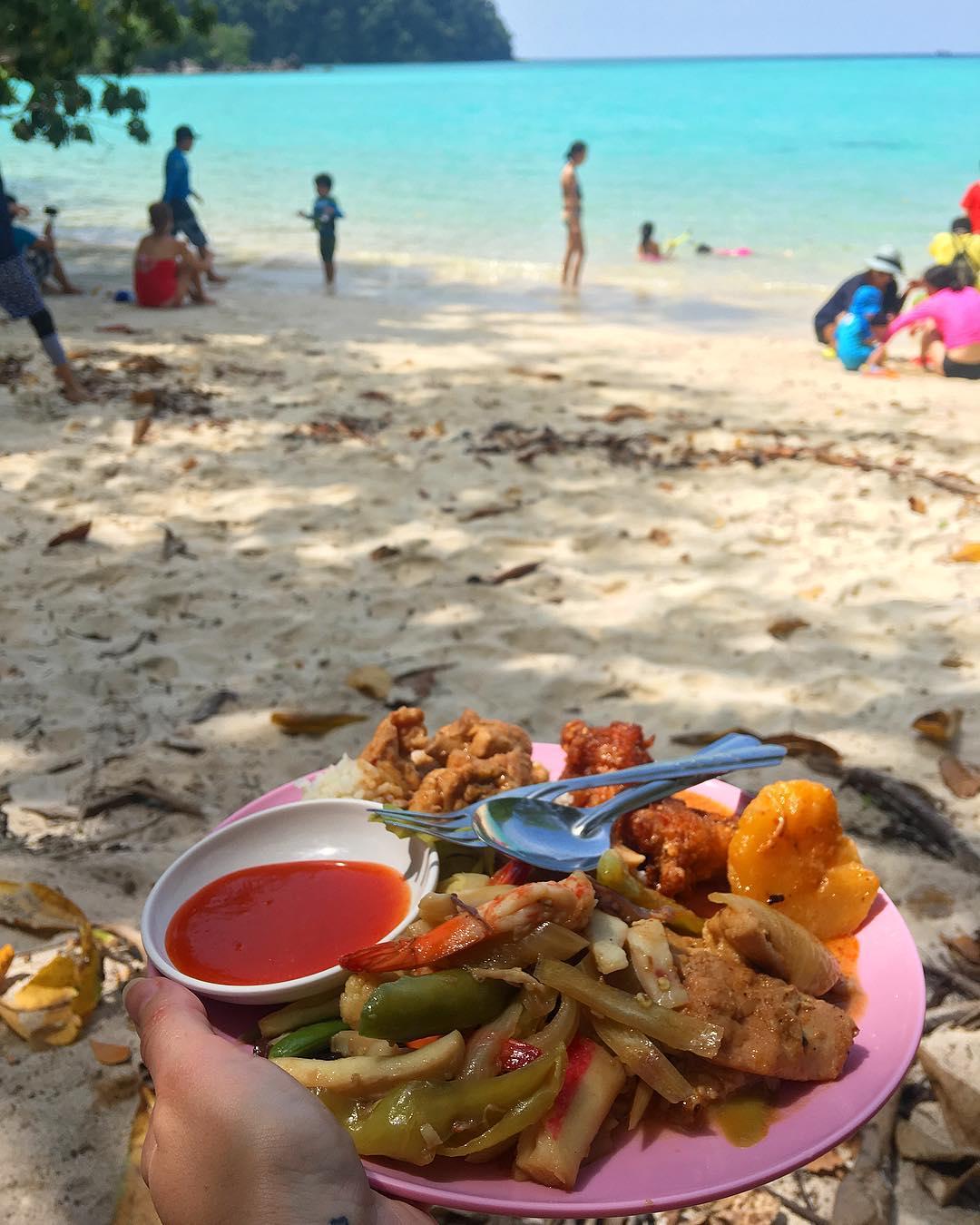 Pique-Nique au paradis ??? sur les îles Surin . . ⛴______ ➕ l  Les îles SURIN . ? | Khao Lak • Côte Ouest Thaïlande . ? | #PintadeThailande ? | Thaïlande Nord & Côte Ouest ??? ______ #thailande #thailand #bangkok #kohphiphi#kohlanta #kohsamui #kohphangan #kohtao #khaolak #chiangmai #cityguide #cityTrip #travel #blogTravel #TravelBlog #bloggervoyage #voYage #blogVoyage #frenchBlogger #blogueuse #blog #montpellier #pintademontpellier #food #foodlover