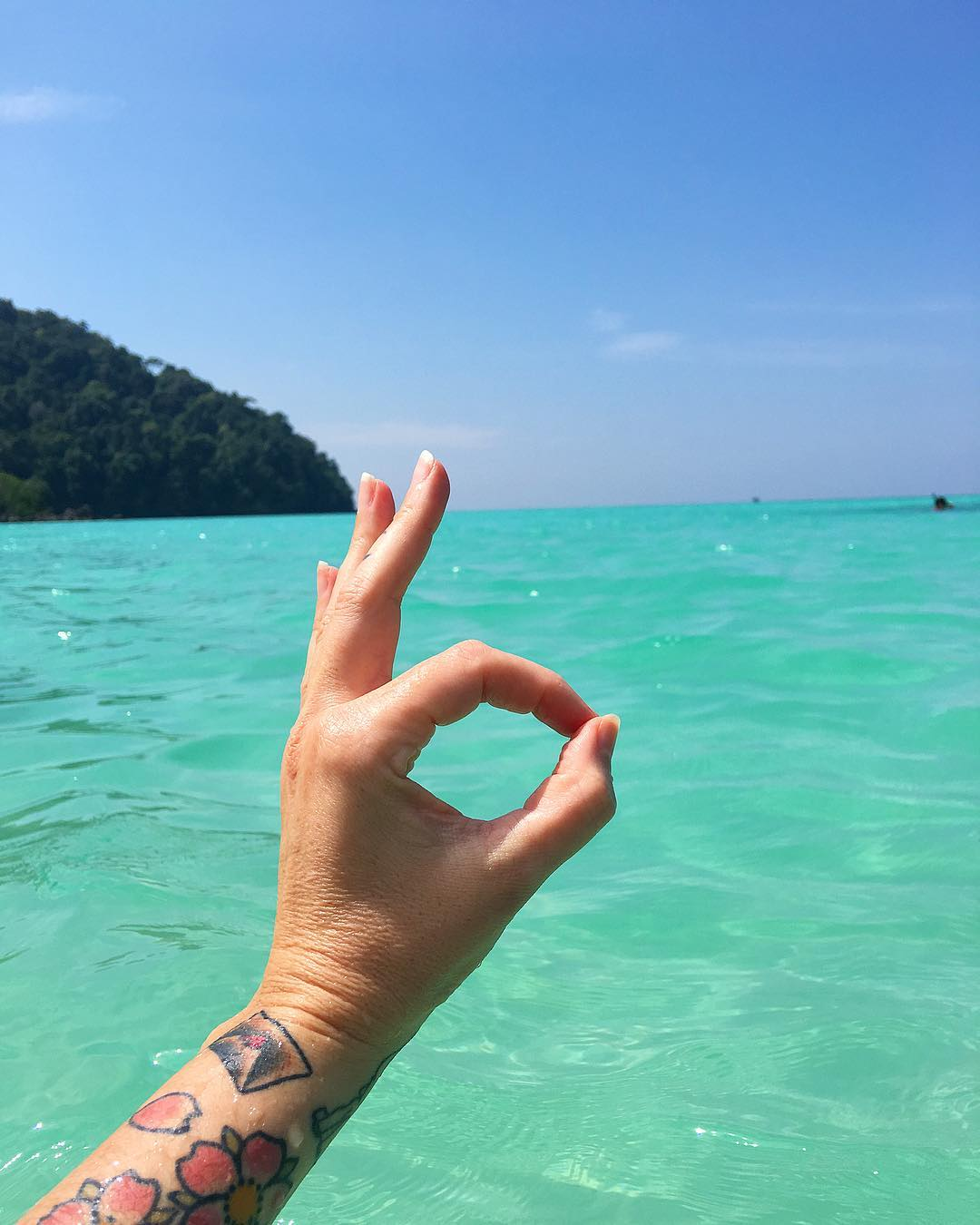 Ici tout va bien sur les îles SURIN ??? ... et on en parle de cette couleur bleue ?!! . . ⛴______ ➕ l  Les îles SURIN . ? | Khao Lak • Côte Ouest Thaïlande . ? | #PintadeThailande ? | Thaïlande Nord & Côte Ouest ??? ______ #thailande #thailand #bangkok #kohphiphi#kohlanta #kohsamui #kohphangan #kohtao #khaolak #chiangmai #cityguide #cityTrip #travel #blogTravel #TravelBlog #bloggervoyage #voYage #blogVoyage #frenchBlogger #blogueuse #blog #montpellier #pintademontpellier #food #foodlover