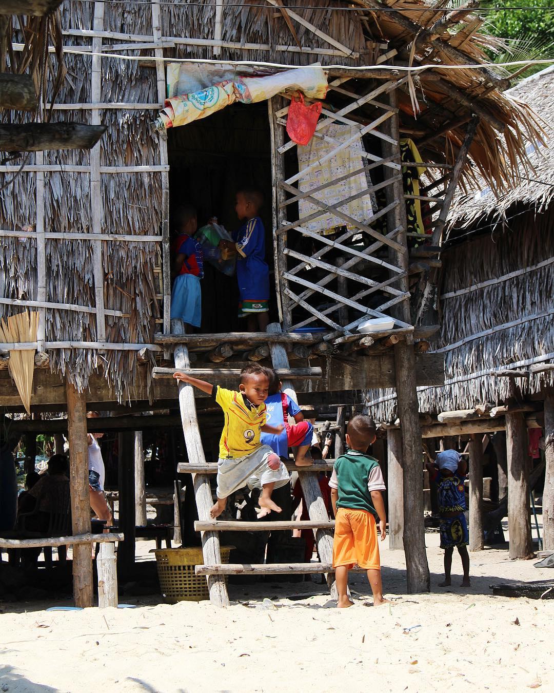 Entre terre et mer. Ici les enfants savent nager avant de marcher ????♀️????? . . ??♀️ Le parc national maritime de Surin (Ko Mu Surin) est composé de 5 îles dont 2 grandes îles distantes d'une centaine de mètres. . . ??♀️ Le site est exceptionnellement calme et reste naturel car les visites de l'archipel sont restreintes et contrôlées. Aucune construction n'y est autorisée ! . . . ??♀️ Les seuls habitants à Surin Tai sont les Mokens (quelques peu méprisés par les autorités), ils sont pauvres et subsistent grâce aux produits de la mer. Koh Surin Nua est la plus grande (5 km). . . ??♀️ Ces îles uniques sont composées de la plus grande et la plus fertile barrière de corail de la Thailande. Les fonds peu profonds (25 à 30 m) sont d'une grande richesse et représentent un des plus beaux sites de plongée au monde. . ⛴______ ➕ l  Les îles SURIN . ? | Khao Lak • Côte Ouest Thaïlande . ? | #PintadeThailande ? | Thaïlande Nord & Côte Ouest ??? ______ #thailande #thailand #bangkok #kohphiphi#kohlanta #kohsamui #kohphangan #kohtao #khaolak #chiangmai #cityguide #cityTrip #travel #blogTravel #TravelBlog #bloggervoyage #voYage #blogVoyage #frenchBlogger #blogueuse #blog #montpellier #pintademontpellier #food #foodlover